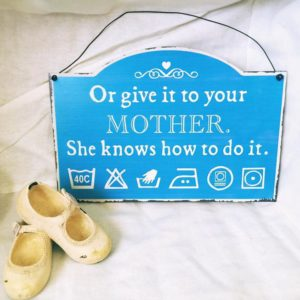 "Blechschild "" Or give your mother. She knows how to do it"" 27x18.5 cm"